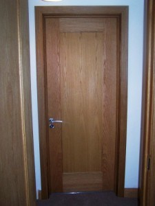 Solid Oak door with single oak veneered panel and matching frame, skirting board and architrave
